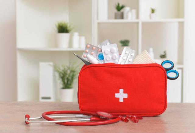 Детская аптечка: список, какие лекарства взять в отпуск с ребенком