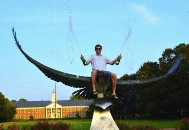 Забавные фото из путешествий: как нужно фотографироваться с памятниками